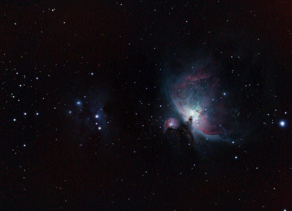 Immagine a largo campo. Si osservano la nebulosa Running man, la M43 e infine M42