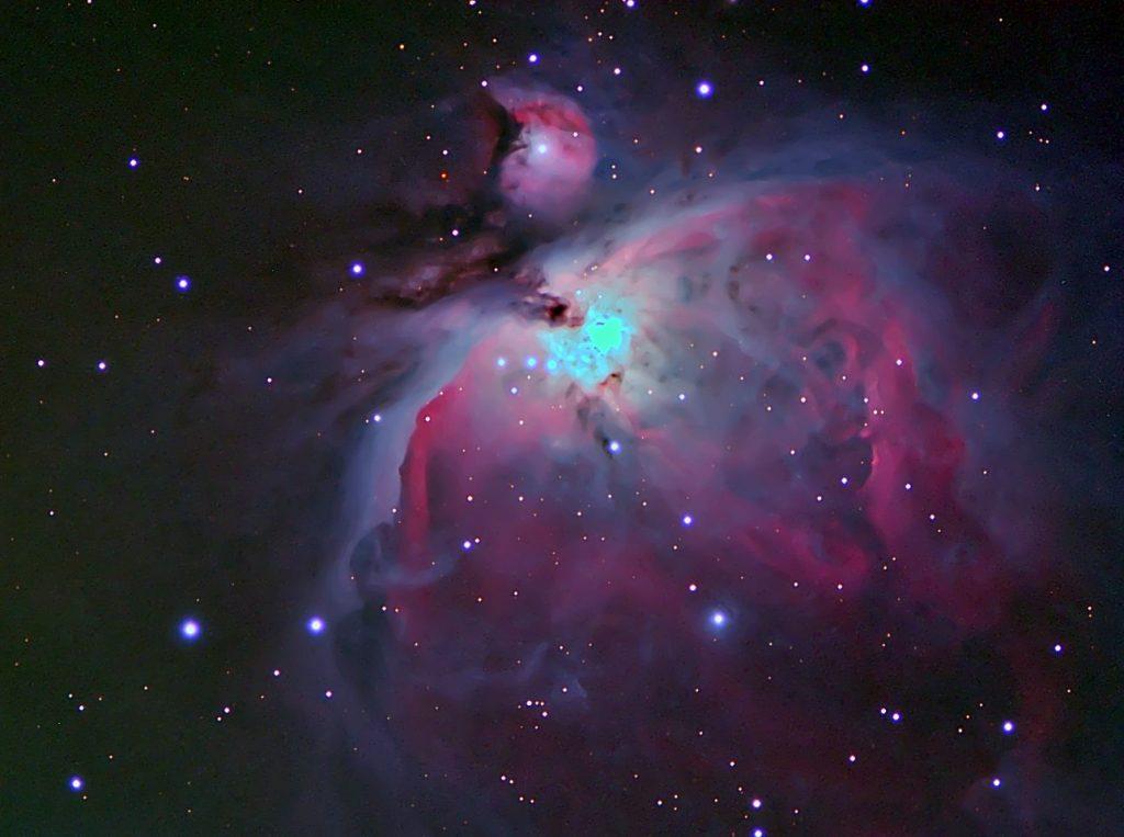 Area ripresa con altra strumentazione. Si osservano la nebulosa M43 ed M42 molto ingrandite. il drappeggio in M42 è molto evidente.