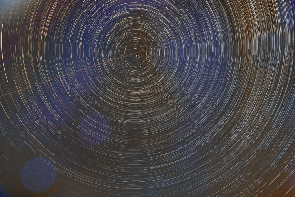 Scie di stelle della zona circumpolare. Migliaia di cerchi concentrici
