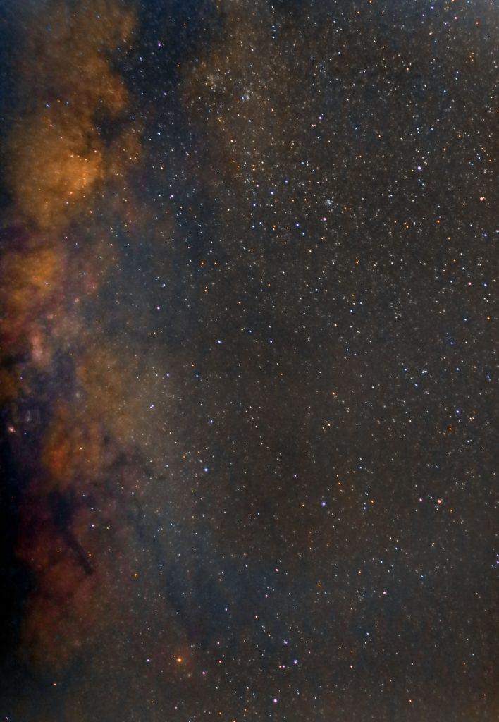 Visione della zona adiacente il centro galattico. Ricca di nubi oscure e visione di un pezzo di via Lattea tra l'Ofiuco e lo Scorpione